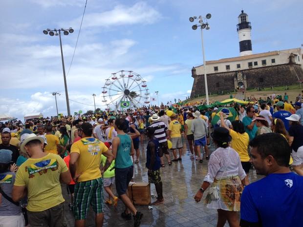 Manifestantes protestam mesmo com chuva no Farol da Barra, em Salvador (Foto: Ruan Melo/G1)