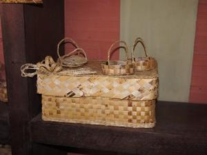 Produtos feitos com a palha da banana (Foto: Jorge Machado/G1)