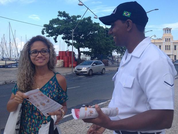 Homens da Marinha distribuem panfletos sobre combate ao Aedes Aegypti, na região do Mercado Modelo (Foto: Juliana Almirante/G1)