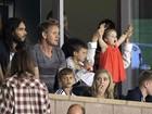 Em estádio, Harper torce pelo pai David Beckham no colo de Victoria