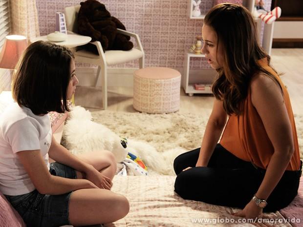 Paloma conta a Paulinha que Bruno não é pai dela (Foto: Amor à Vida/TV Globo)