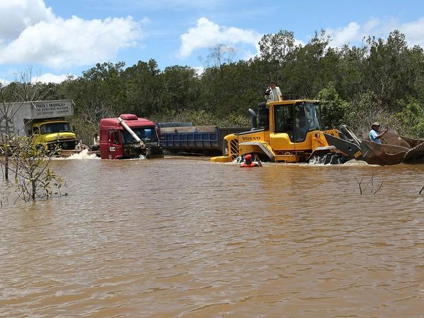 Operação feita pelo governo do Acre na BR-364 possibilita travessia de veículos (Foto: Sérgio Vale/Secom Acre)