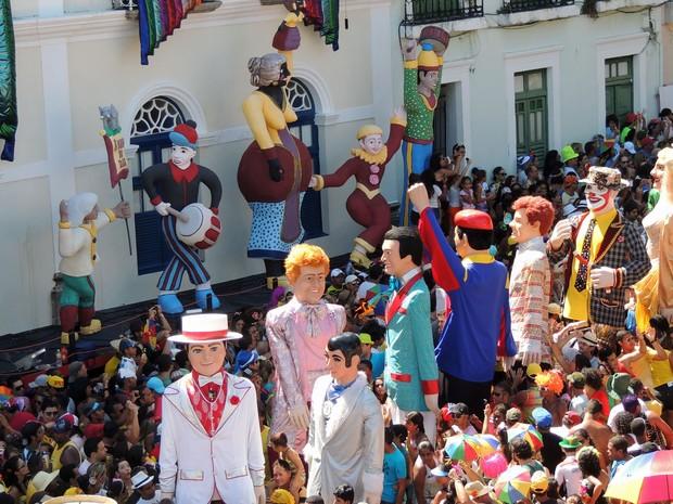 Bonecos gigantes tomaram conta das ladeiras de Olinda; Menino da Tarde a frente do desfile (Foto: Katherine Coutinho / G1)