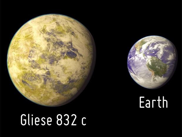 Representação do planeta Gliese 832 c em comparação com a Terra (Foto: Divulgação/PHL-UPR Arecibo)