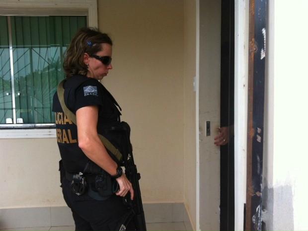 Policiais federais acompanharam visita a casas de vítimas de supostos atentados (Foto: Adneison Severiano/G1 AM)