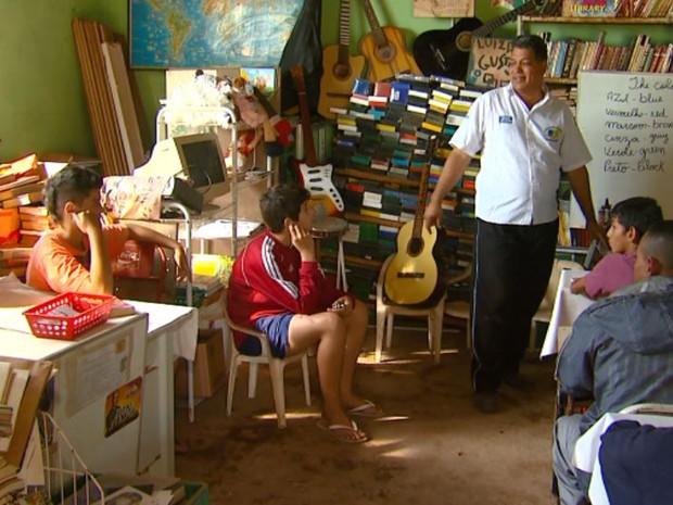 Professor também dá aulas de português e inglês em biblioteca comunitária de Rio Claro (Foto: Oscar Herculano Jr./ EPTV)