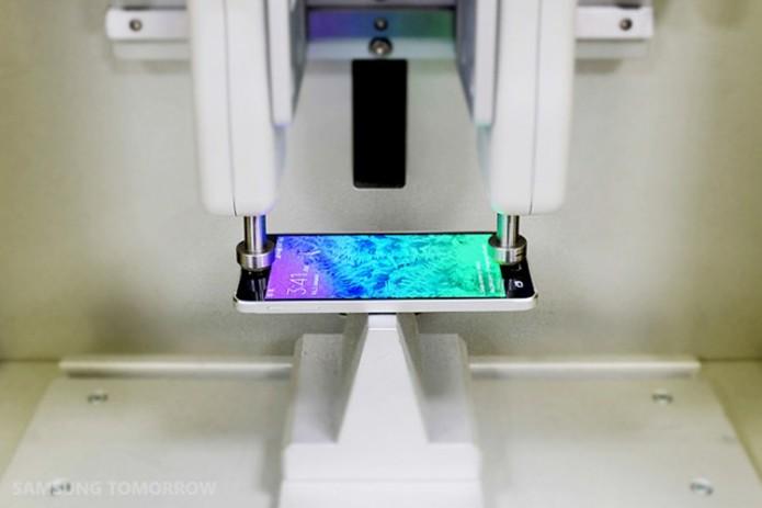 Depois da montagem, smartphone segue para os testes de resistência (Foto: Divulgação/Samsung)