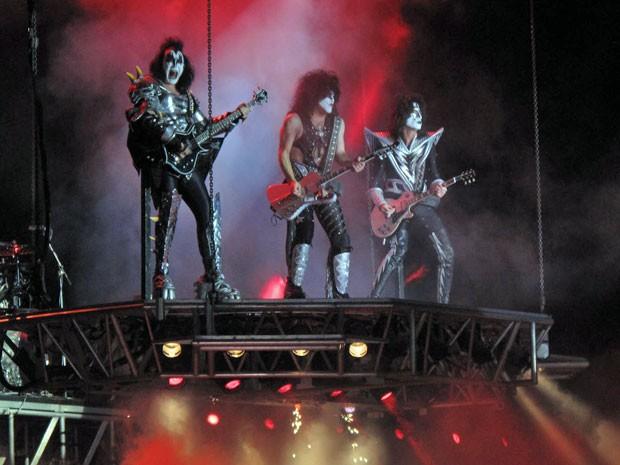 Banda surgiu no palco sobre uma plataforma que trouxe os músicos lentamente ao chão (Foto: Paulo Maurício Costa/G1)