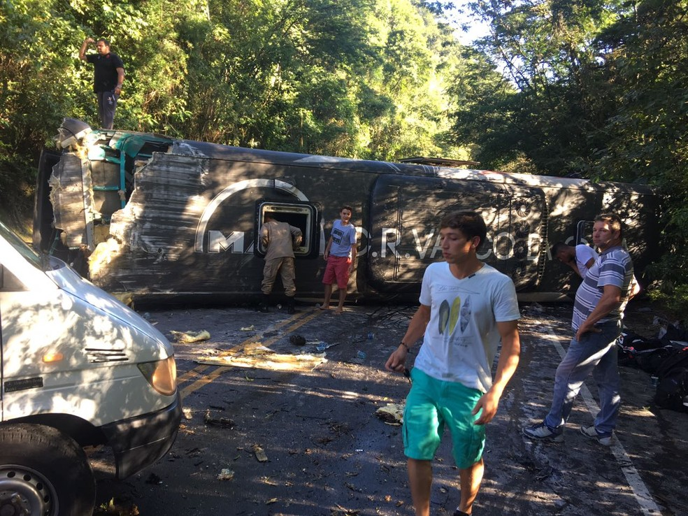 Segundo a concessionária, 22 pessoas ficaram feridas na tarde deste sábado (13) em Cachoeiras de Macacu, no RJ (Foto: Divulgação/Concessionária Rota 116)