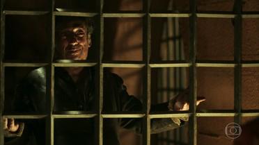 Dimas provoca Ega e Alexandra na prisão