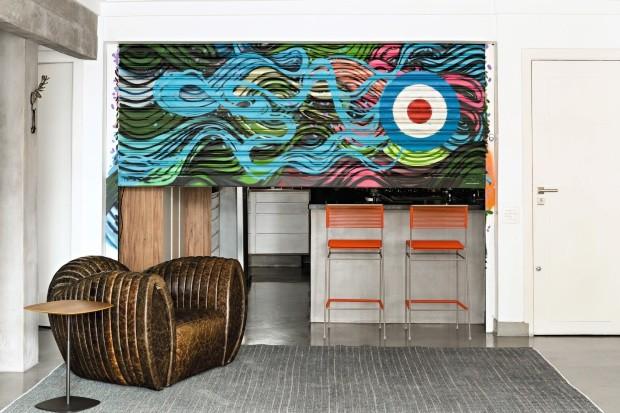 A designer de interiores Simone Casalecchi apostou em um grafite cheio de cores e ondas, que traz sensação de mar. Tapete e mesa lateral da FJ Pronto pra Levar! (Foto: Edu Castello / Editora Globo)