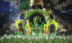 Império Serrano brilha em desfile marcado por crise na Caprichosos