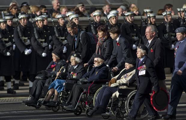 Soldados britânicos e da Commonwealth veteranos durante a parada 'Domingo da lembrança', em homenagem ao armistício assinado em 1918 entre Alemanha e Aliados, que colocou fim à 1ª Guerra Mundial. (Foto: Justin Taliis/France Presse)