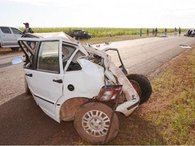 Um dos veículos de passeio envolvidos no acidente ficou irreconhecível (Foto: Varlei Cordova/Agora MT)