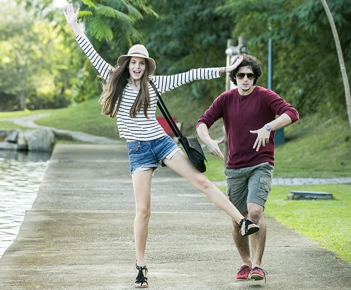 Camila Queiroz e Gabriel nos bastidores da cena de Angel e Guilherme (Foto: Isabella Pinheiro/Gshow)