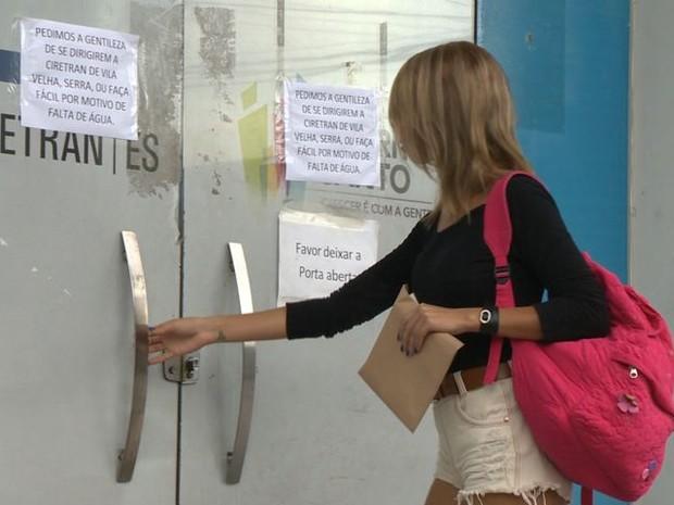 Moradores buscaram atendimento, mas encontraram portas fechadas (Foto: Reprodução/ TV Gazeta)