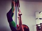 Isis Valverde se alonga em aula de pilates
