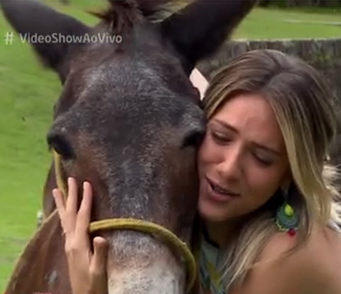 Giovanna Ewbank deu banho de beleza em Policarpo (Foto: TV Globo)