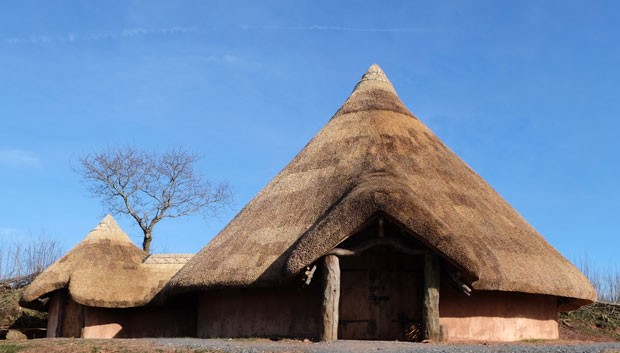A cabana Upcott Roundhouse, construída em madeira e palha (Foto: Upcott Roundhouse/Divulgação)