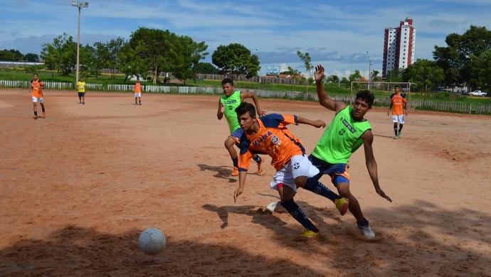 Os times do sub 17(verde) e do sub 20 (laranja) do São Francisco realizaram amistoso no Campo do Parque (Foto: Weldon Luciano - GloboEsporte.com)