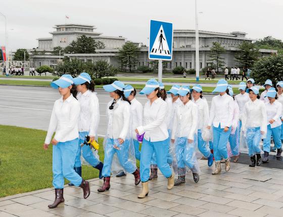 Garotas uniformizadas passam perto do palácio do Sol (Foto: Serie Red Ink 2017/Max Pinckers)