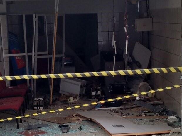 Bandidos explodiram caixa eletrônico em Mogeiro, na Paraíba (Foto: Aline Galdino/ TV Paraíba)