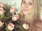 Dani Calabresa ganha buquê de rosas de Marcelo Adnet