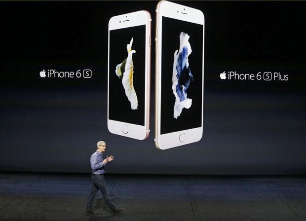 Os novos modelos de iPhone, 6s e 6s Plus, são apresentados pelo presidente da Apple, Tim Cook (Foto: Beck Diefenbach/Reuters)