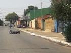 Idosa morre atropelada por moto ao tentar atravessar rua, em Goiânia