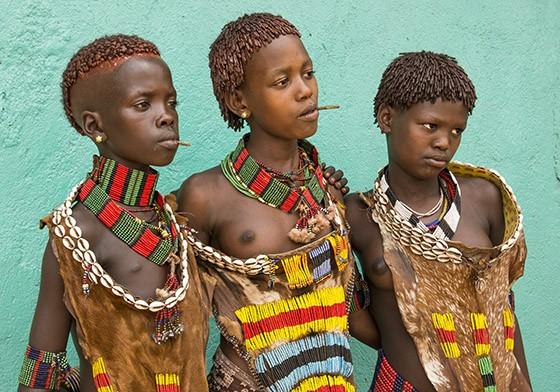 Três meninas hamers no mercado de Turmi, usando vestes tradicionais de couro (Foto: © Haroldo Castro/ÉPOCA)