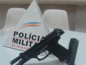 Réplica de arma foi apreendida com o suspeito (Foto: Polícia Militar/Divulgação)