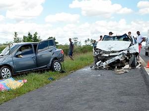Batida na BR-101 deixa três mortos na Bahia (Foto: Ed Santos/Acorda Cidade)