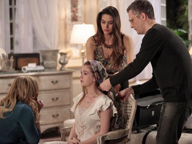 Cabeleireiro mostra como usar o lenço (Foto: Amor à Vida/TV Globo)