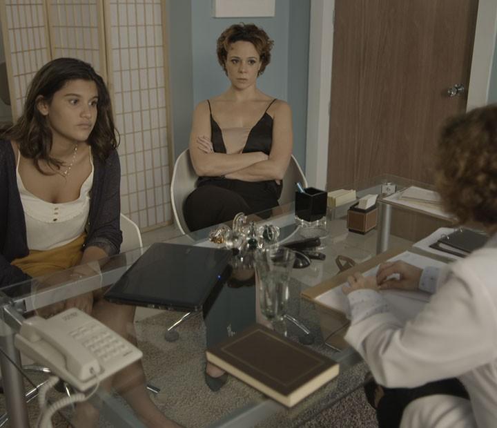 Ana acompanha a filha, preocupada (Foto: TV Globo)