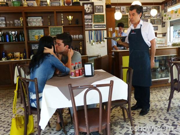 Caetano é indelicado com a clientela (Foto: Malhação / TV Globo)