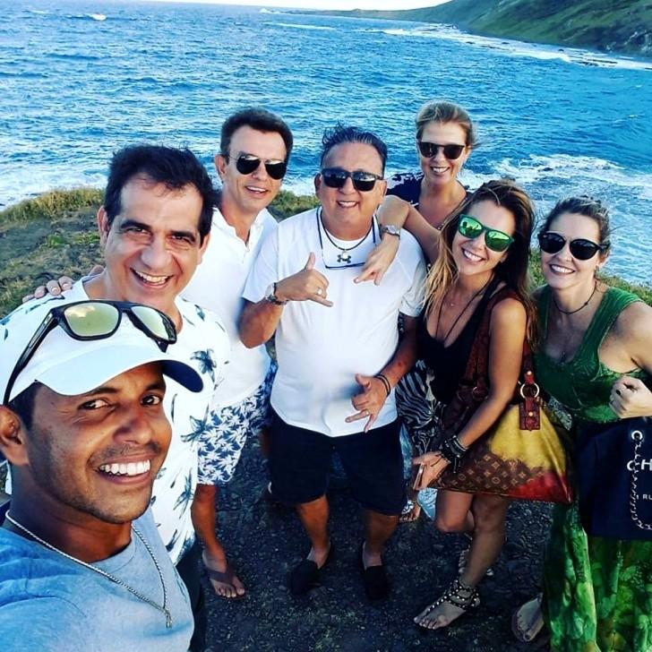 Galvão Bueno e Desirée e grupo em Noronha