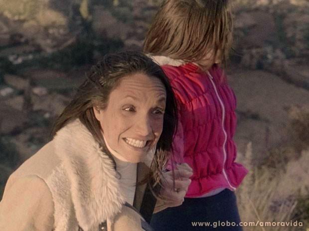 Alejandra segura Paulinha pela mão na beira de precipício (Foto: Amor à Vida/TV Globo)