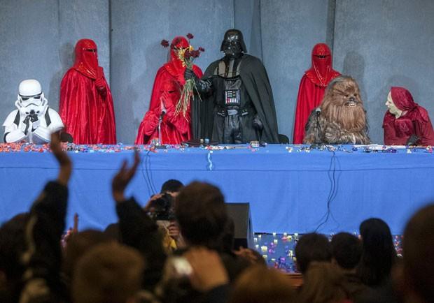 darth Vader se apresenta como candidato na Ucrânia (Foto: Alex Kuzmin/Reuters)