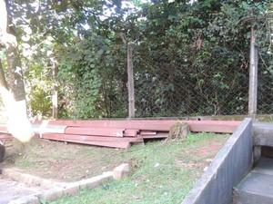 Calhas foram trocadas e abandonadas em espaço comum dos moradores. (Foto: Jenifer Carpani/G1)