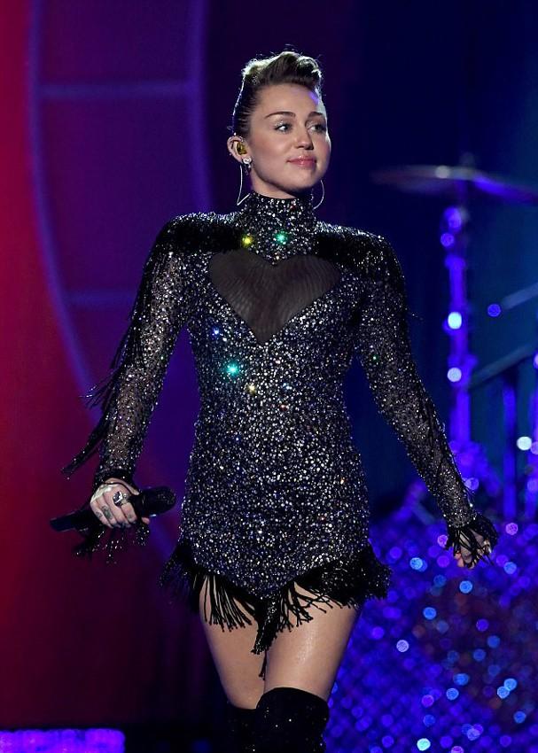 Miley Cyrus usa vestido da coleção de Rapha Mendonça para Maison Alexandrine  (Foto: Divulgação)