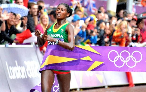 Tiki Gelana vence maratona feminina em Londres (Foto: AP)