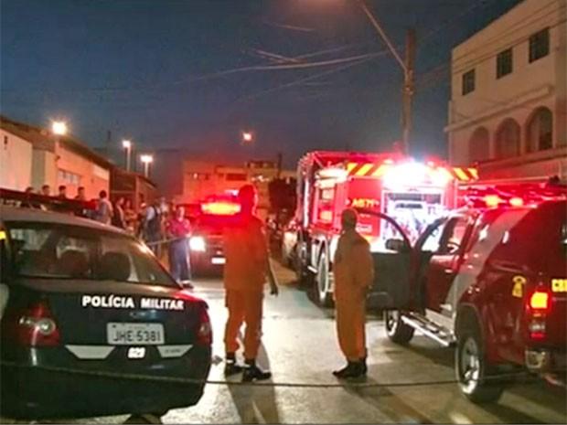 Bombeiros e policiais militares em frente à casa das crianças achadas com as mãos amarradas e carbonizadas no DF (Foto: TV Globo/Reprodução)