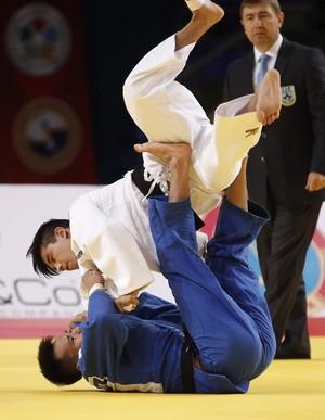 Charles Chibana x Duanbin Ma Mundial Astana judô (Foto: EFE)