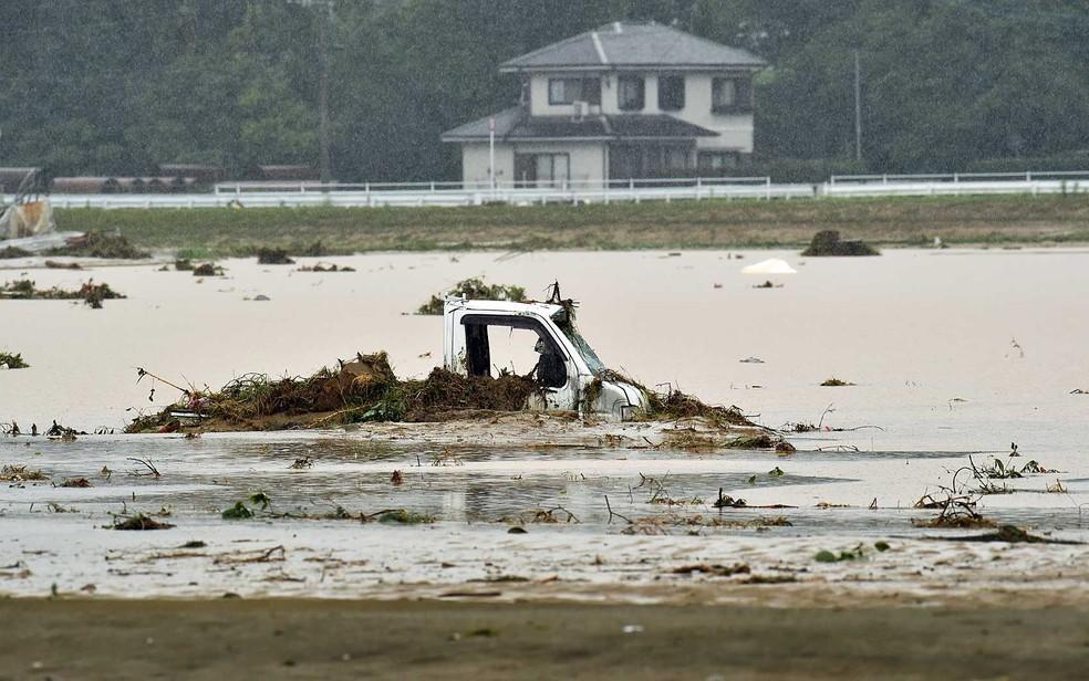 Enchente encobre veículo em Asakura, na região de Fukuoka (Foto: Kazuhiro Nogi / AFP Photo)