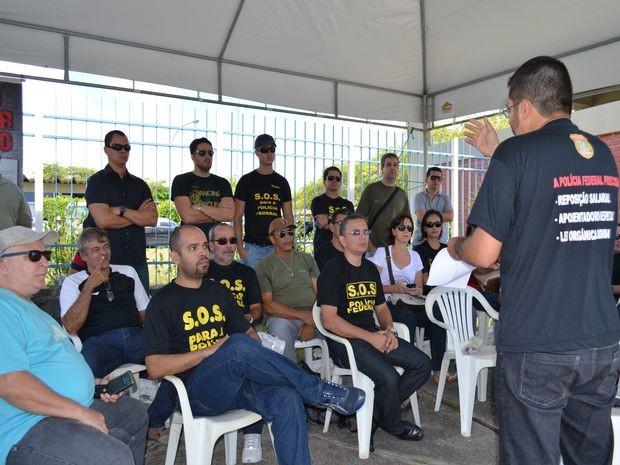 Policiais se reuniram em frente à sede da Polícia Federal em Aracaju (Foto: Marina Fontenele/G1)