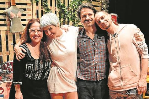 Debora Lamm, Verônica Debom, Felipe Rocha e Fabiano de Freitas depois da apresentação da peça 'O abacaxi' (Foto: Diogo Nunes)