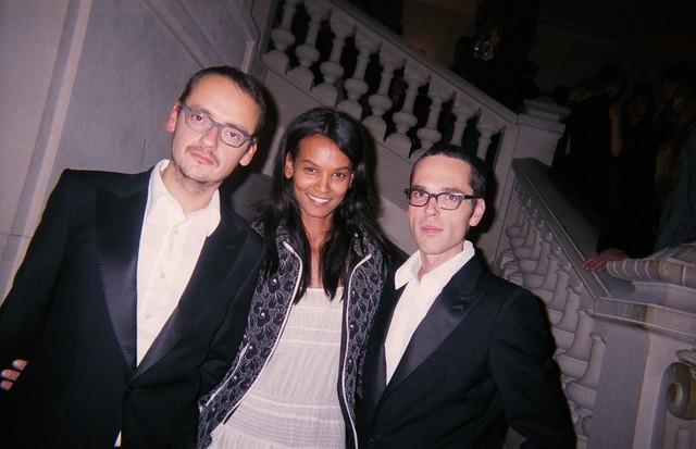 Viktor Horsting (left) and Rolf Snoeren (right) with Liya Kebede in Paris, October 2003 (Foto: @SUZYMENKESVOGUE)