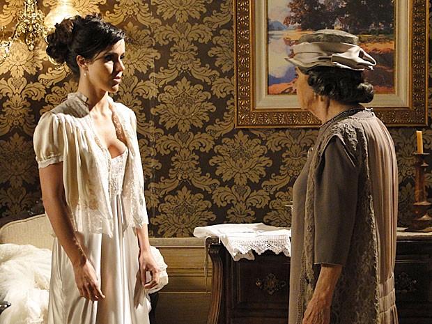 Dorotéia diz como Zuleika deve se comportar na primeira noite com o marido (Foto: Gabriela/TV Globo)