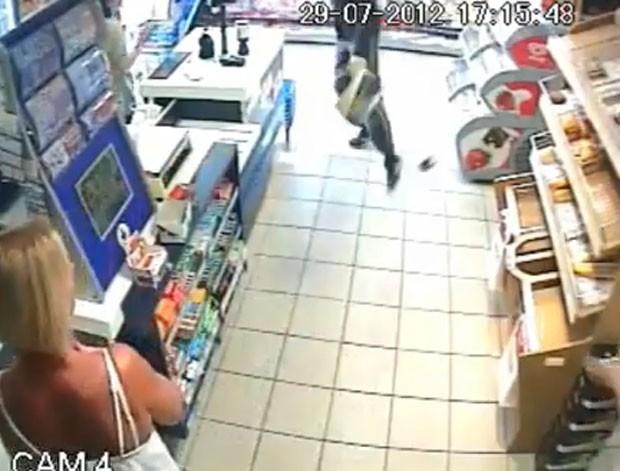 Neste ano, um gerente impediu um roubo a uma loja em Kelvedon Hatch, próximo a Brentwood, no Reino Unido, após jogar caixas de cervejas no ladrão.  (Foto: Reprodução)