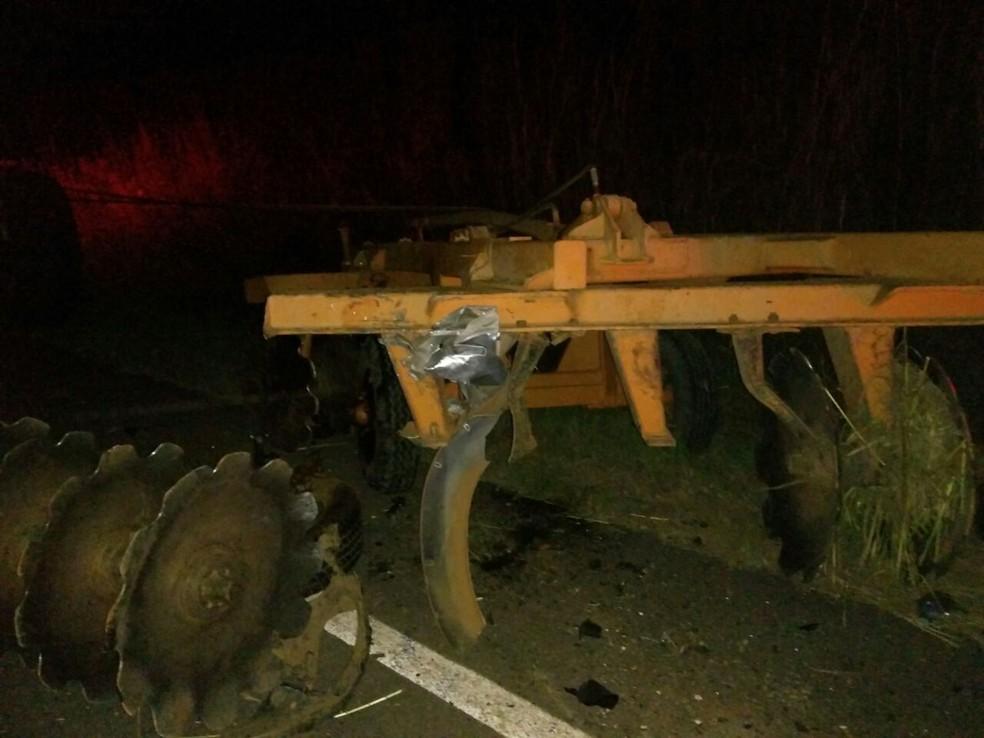 Camionete colidiu com grade que era transportada por trator (Foto: Divulgação)